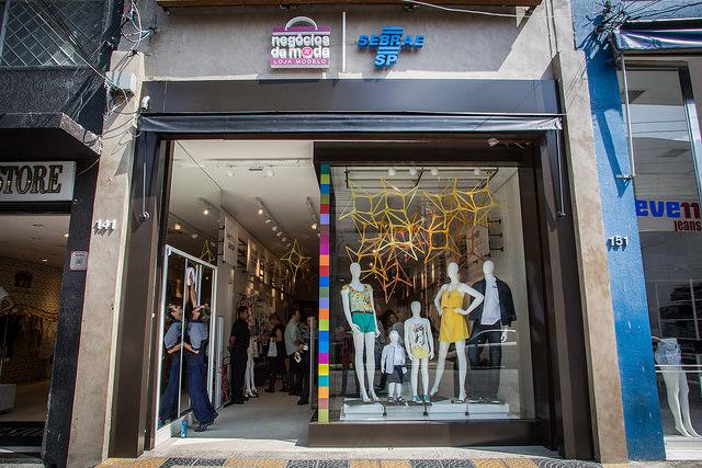 6ea7cae2c O Sebrae-SP inaugurou no dia 27 de outubro sua primeira loja conceito para  capacitação de empreendedores do comércio varejista. A loja Negócios da  Moda